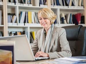 Petra Kirschke an ihrem Schreibtisch