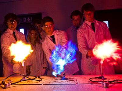 Heinemann internationale Schulberatung – Chemieunterricht an der Box Hill School