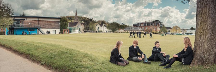 Heinemann internationale Schulberatung – Schüler vor dem Gebäude des Wycliffe College