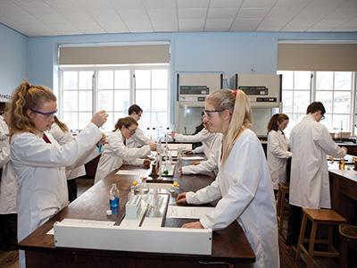 Heinemann internationale Schulberatung – Chemie-Unterricht im King Williams College
