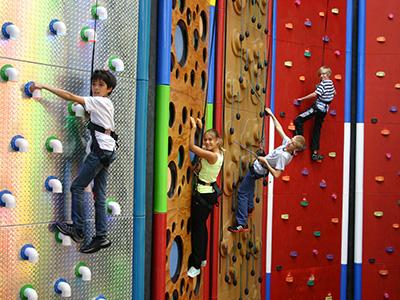 Heinemann internationale Schulberatung – Kletterwand der Taunton Summer School