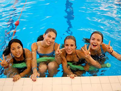 Heinemann internationale Schulberatung – Schwimmen im Indoor-Pool